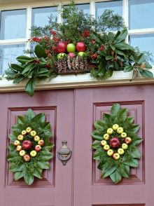 williamsburg colonial christmas walking adventures i love the magnolia leaves christmas door decorations - Williamsburg Decorated For Christmas