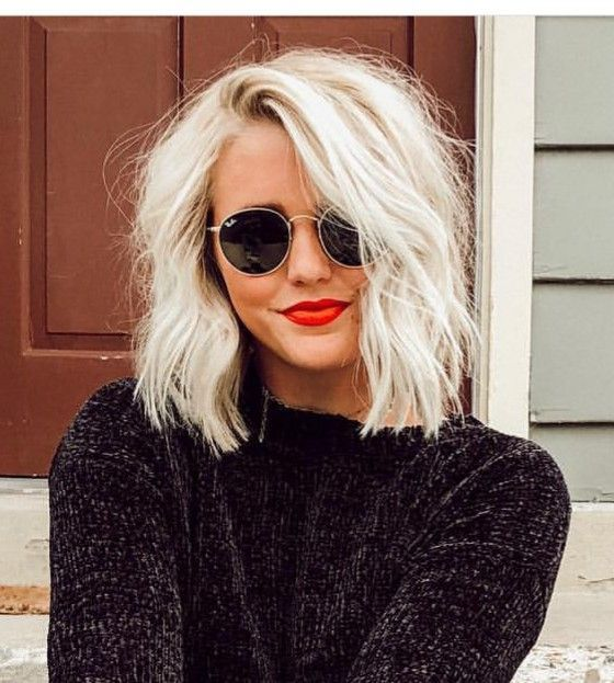 Short wavy blond hair - red lips