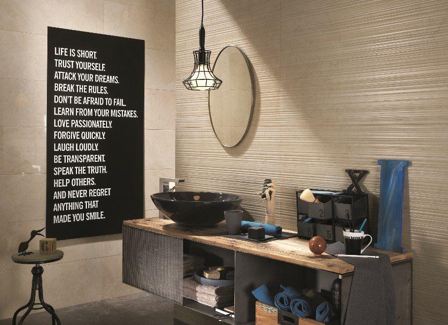 Warme Rustieke Badkamer : Keramische marmer stroken be tegen een badkamer muur in warme