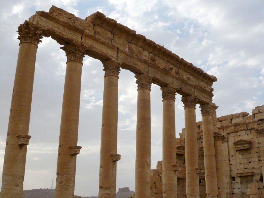 Die acht Säulen, die vom Tempel die Jahrtausende überdauert haben, sind...