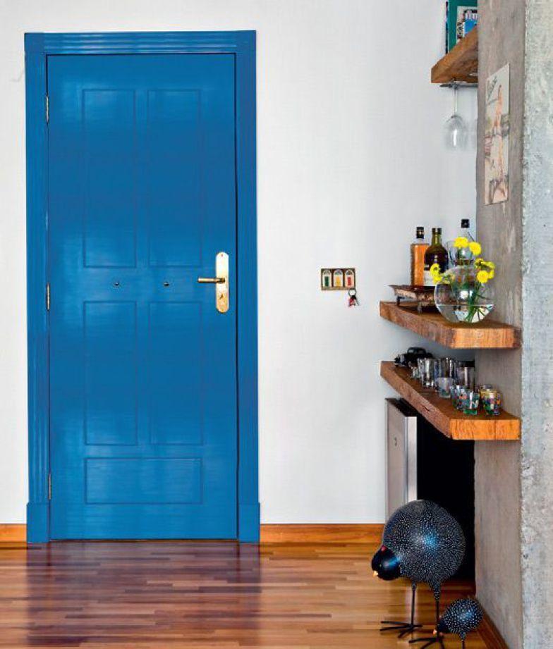 Esta porta azul é de um apartamento de 97m² em São Paulo.