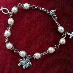 Bracelet perles blanches avec breloques