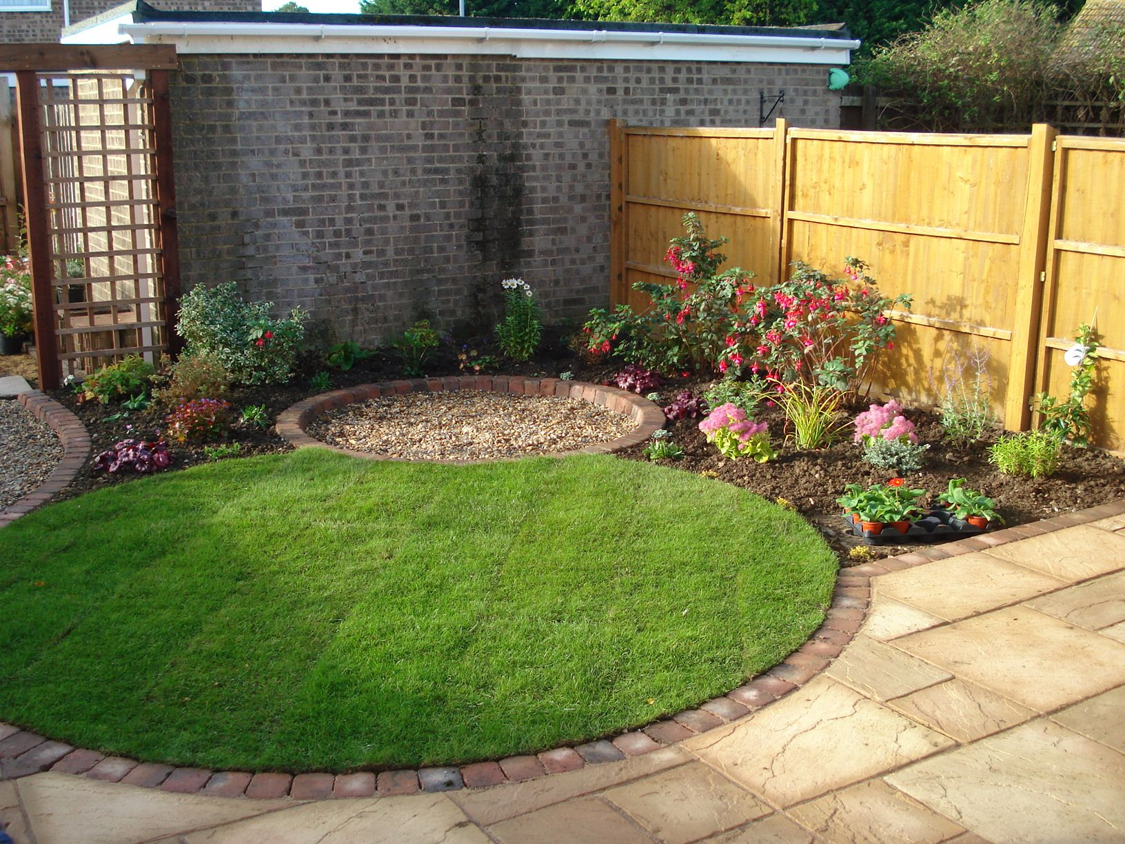 Circular lawn as the centrepiece of a new garden for Circular garden designs