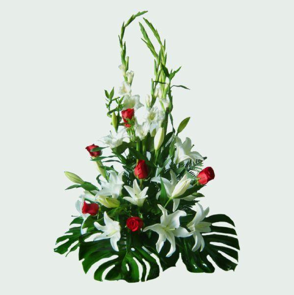 centro de flores blanco y rojo mais