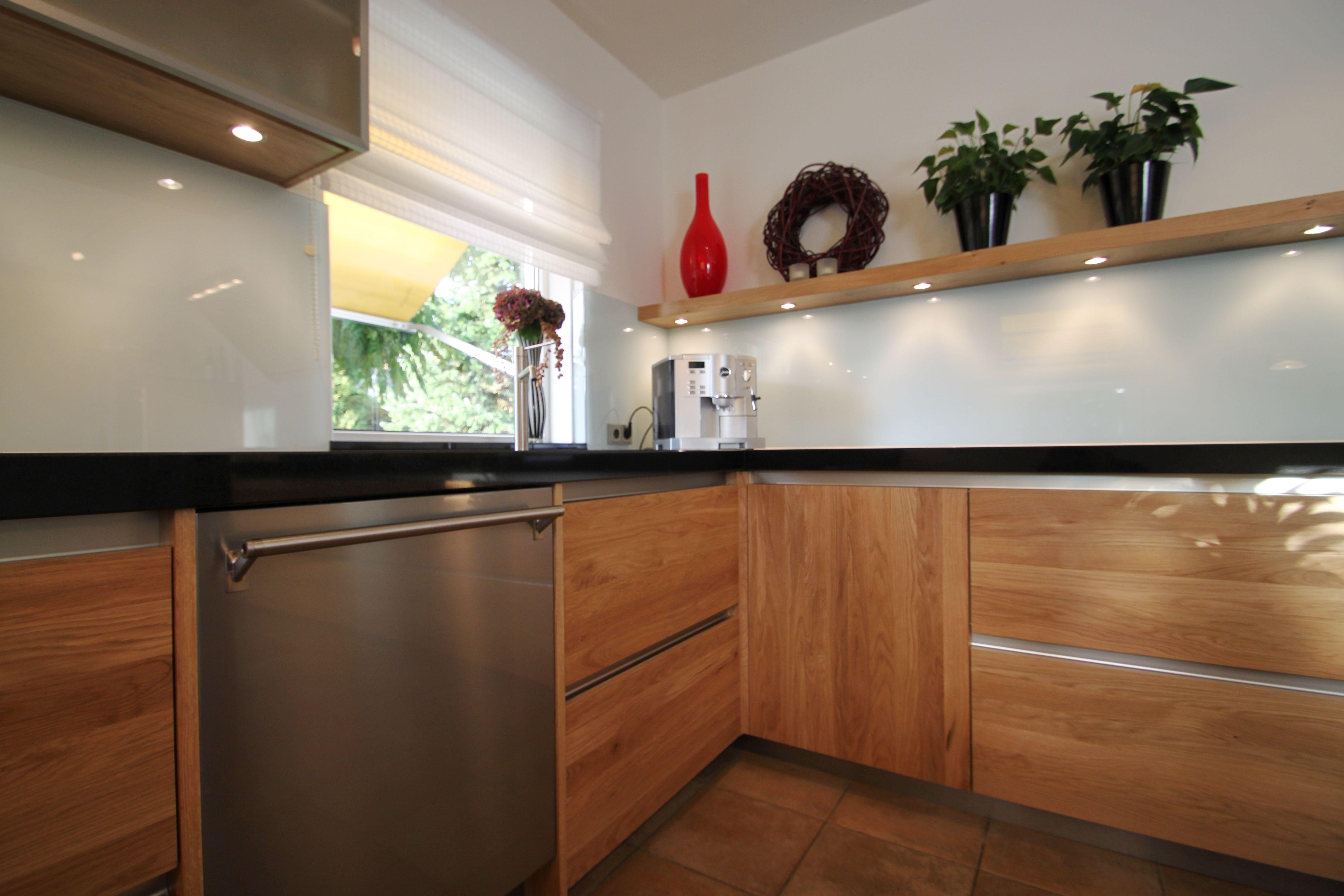 Moderne houten keuken. geheel maatwerk naar wens van de klant