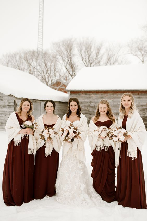 Burgunder Winter Brautjungfer Kleid #Hochzeit #Hochzeiten #Brautjungfer #Brautjungfern #Br …   – Winter wedding ideas