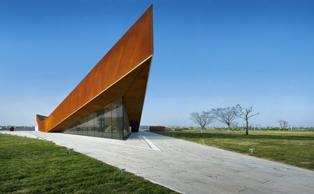 Delightful A Band Of Corten Steel Cladding Surrounds The Triangular Building, Pitching  Upwards At Each Corner Awesome Design