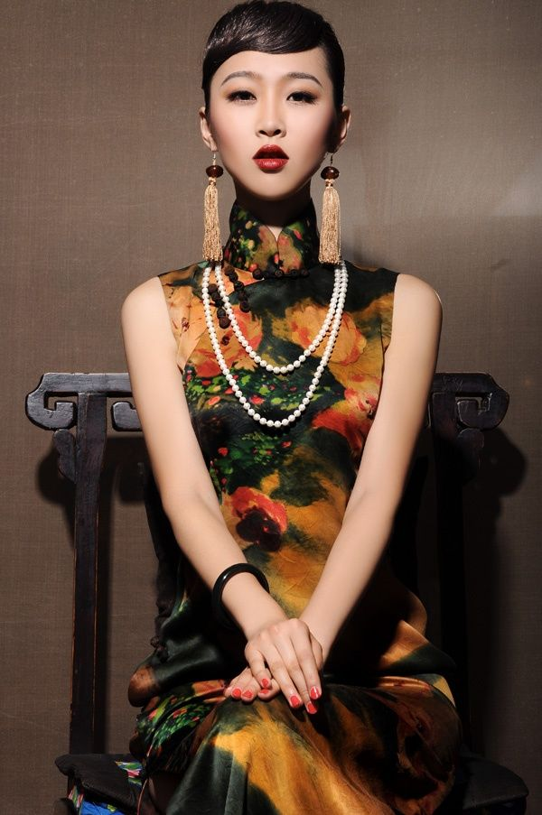 Chinese ethic dress Credit: www.xiangluoyi.com  #vintagemaya #silk dress #vintage fashion #qipao