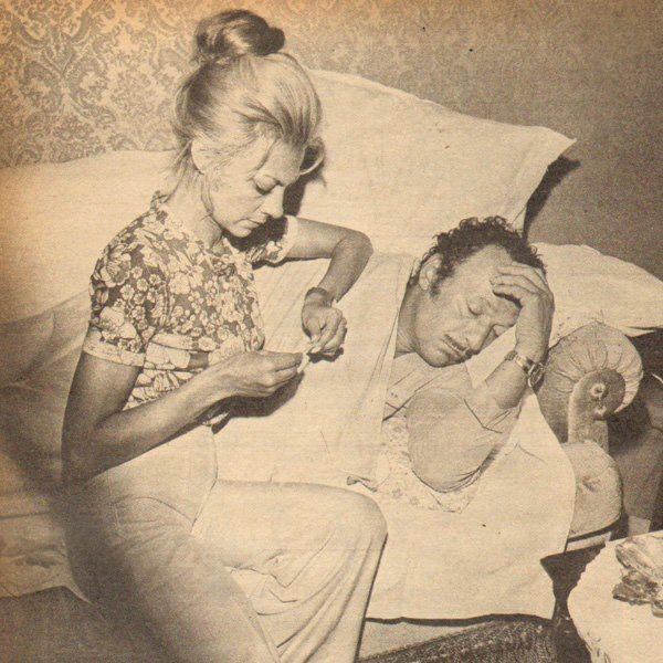 Çolpan İlhan ağır bir grip geçiren eşi Sadri Alışık-ın başında..1973
