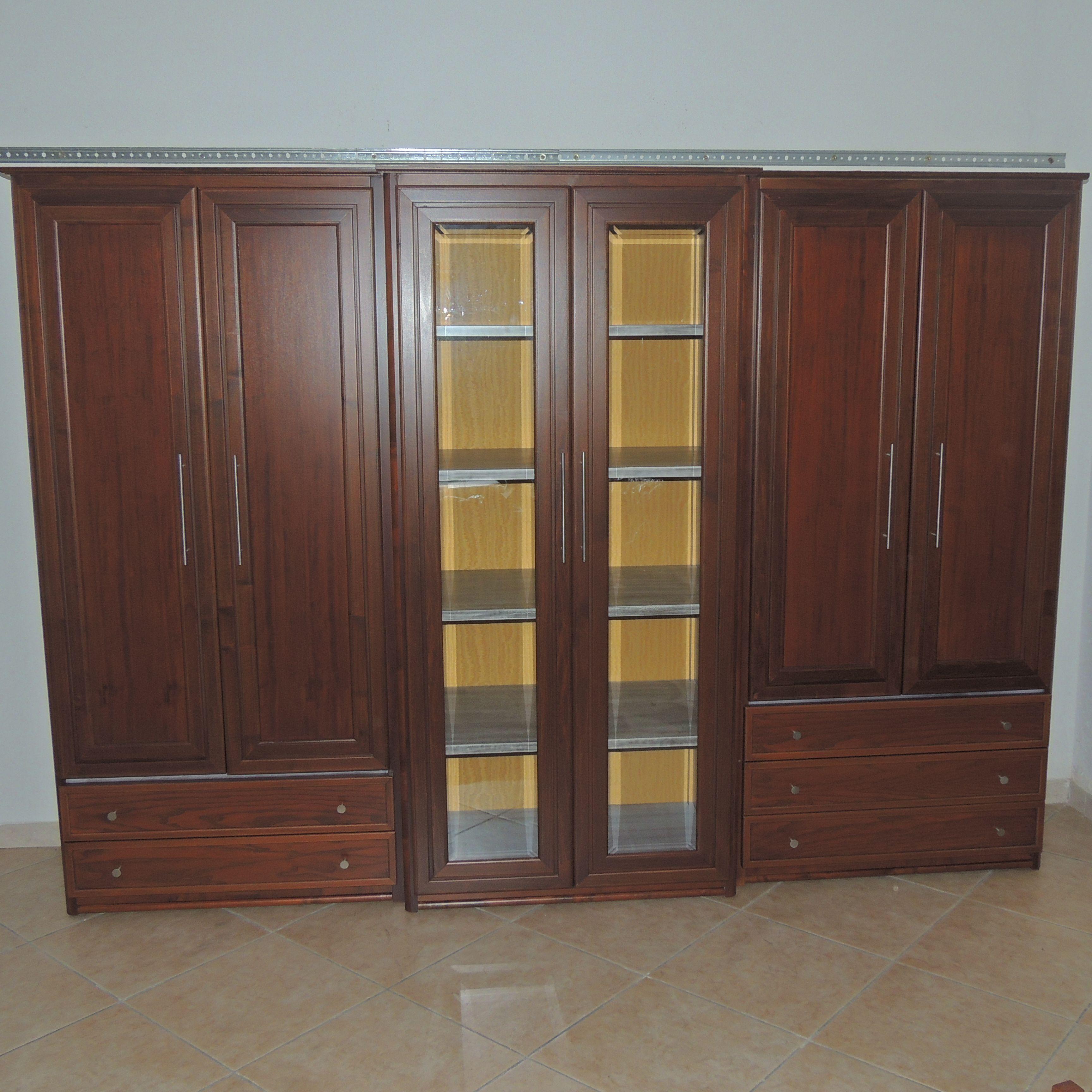Mobile-soggiorno(270x215) a tre elementi con corpo avanzato centrale in listellare di legno tanganica e antine in legno massello di noce touliper, vetri in cristallo bisellato.