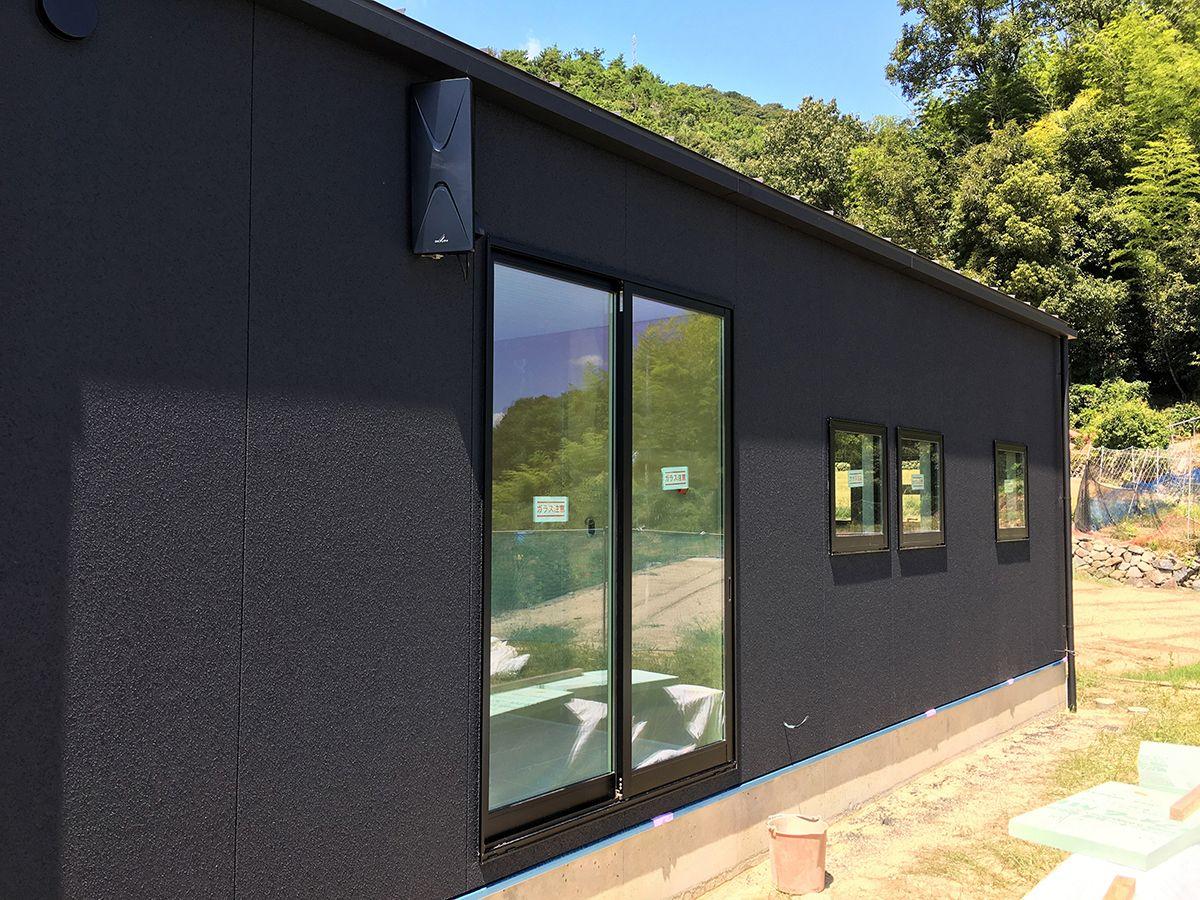 外壁はリシンのダークグレーで塗装 テレビアンテナも黒にすることで