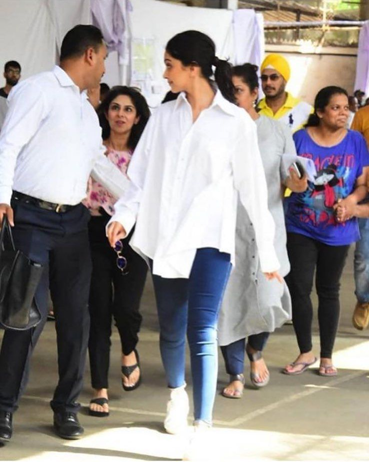 Deepika Padukone Clears The Air About Her Indian Citizenship By Posting A Proud Selfie After Casting Her Vote As A Responsible Citizen Deepika Padukone It Cast Meghna Gulzar