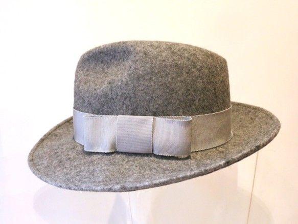 しっかりとしたライトグレーのウールフェルト100%の中折れ帽子。ユニセックス商品です。同色のグログランリボンが表情を明るくしています。(チャコールグレーはかぶ...|ハンドメイド、手作り、手仕事品の通販・販売・購入ならCreema。