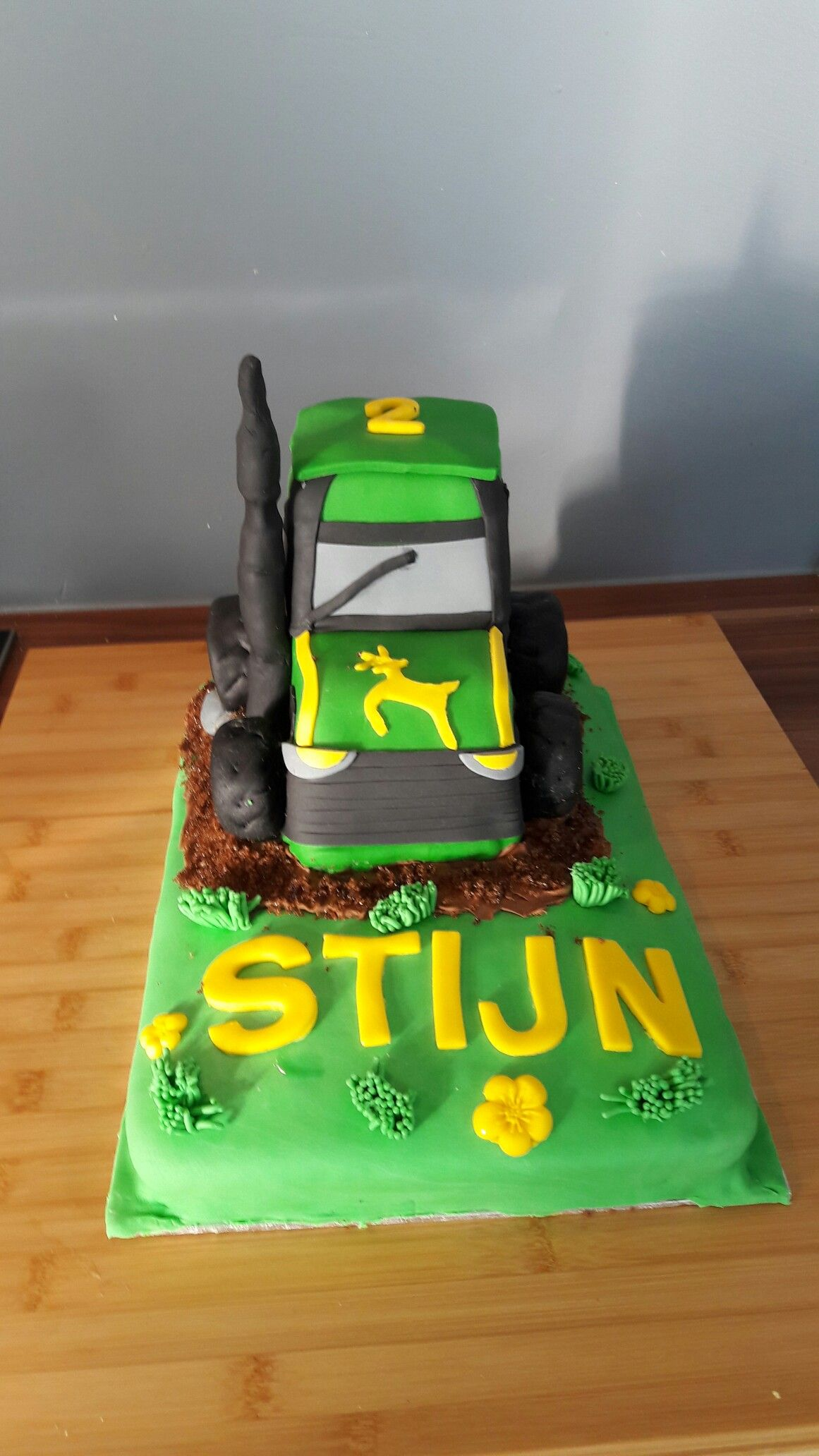 Tractor taart. Basis gemaakt van cake en botercreme.