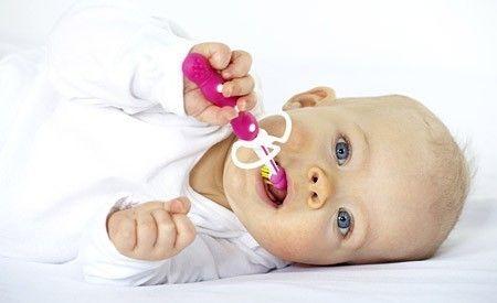 (Zentrum der Gesundheit) - Neue Studien bestätigen die Giftigkeit von Fluoriden - insbesondere für Babys und Kinder. Fluoride werden schon Säuglingen vom Tage der Geburt an zur Kariesprophylaxe verabreicht – und das, obwohl sich Wissenschaftler überhaupt nicht darüber einig sind, ob dieses Vorgehen wirklich nützlich oder eher schädlich ist. Mittlerweile gibt es immer mehr Forschungsergebnisse, die vor dem Einsatz von Fluoriden warnen