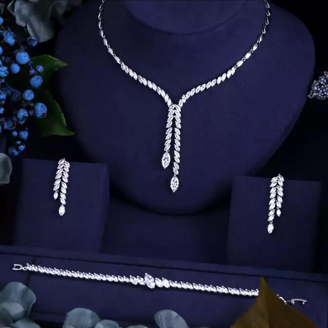 M Z N السعر الطقم 35ريال خيار مميز لإطلالة ناعمه وصف القطعة طقم ناعم American Diamond Necklaces Diamond Jewelry Necklace Diamond Necklace Set