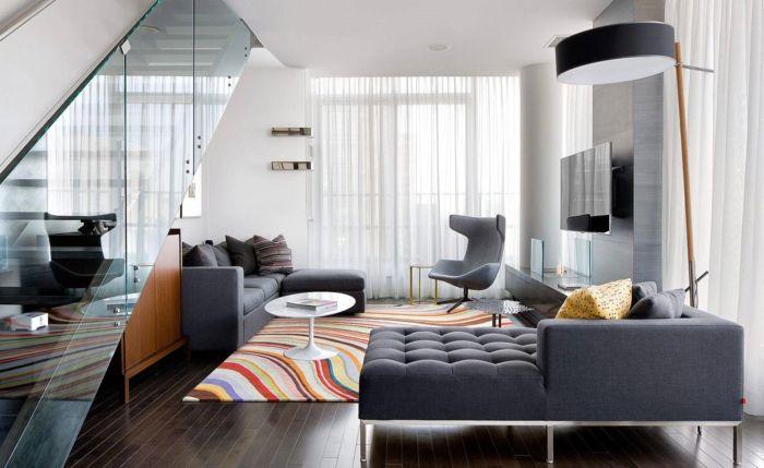 Wohnzimmer Teppich ~ Innendesign wohnzimmer farbiger teppich dunkler boden graue möbe