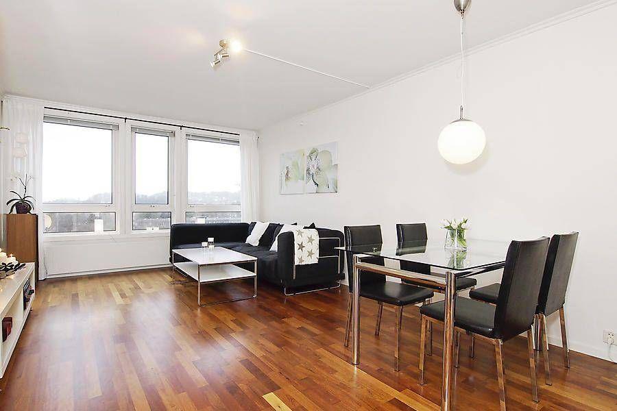 Visningsbilde: Stue med store vinduer som gir godt med lysinnslipp ...