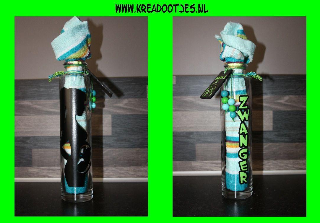 Flesje gepimpt om cadeau te geven aan iemand die zwanger is. In het flesje zit een spuugdoekje. Verder is het flesje gepimpt met een afbeelding en tekst, een label en kraaltjes.