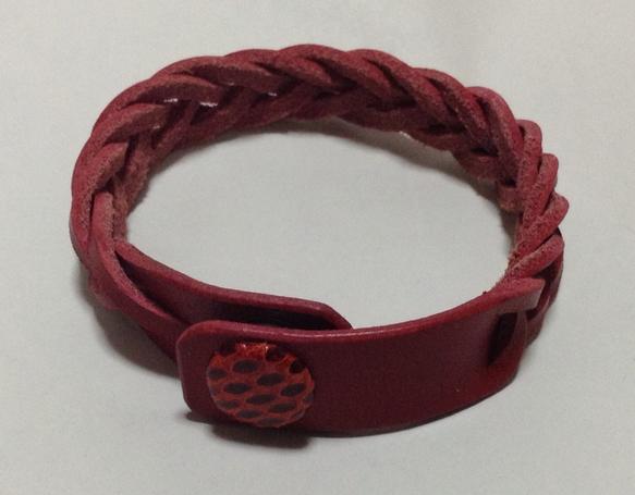 5本マジック編み(ミステリーブレーディング)ブレスレットカラー:【ボルドー×水ヘビ(レッド)】栃木レザー製のヌメ革、革色は深みのあるボルドーです。...|ハンドメイド、手作り、手仕事品の通販・販売・購入ならCreema。