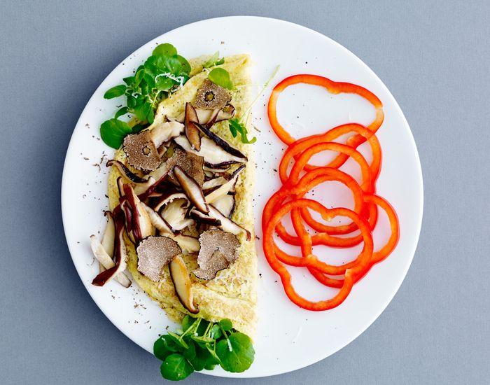 Har du tid til at gøre lidt mere ud af morgenmaden, så lav denne luftige omelet med svampe og rød peber.