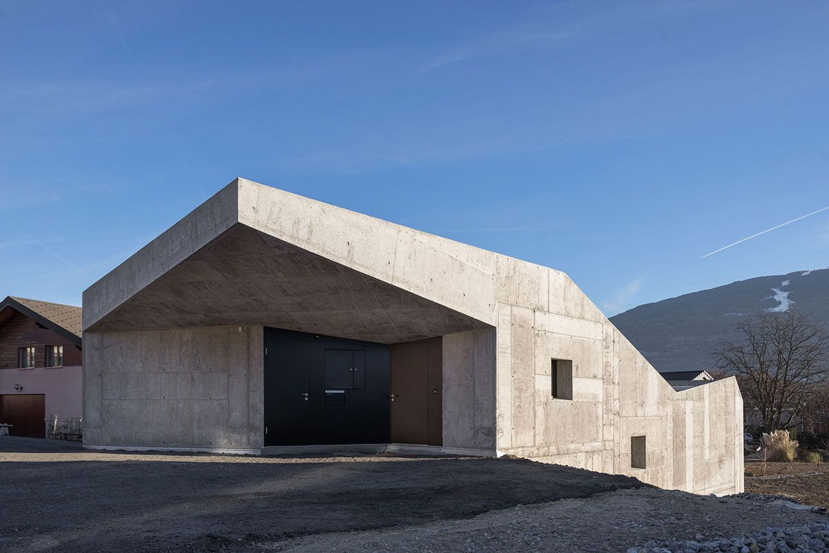 Concrete Home Climbs Up Small Sloping Site In Switzerland Curbedclockmenumore Arrow With Lots Of Glass For Con Architecture Concrete House Concrete Houses
