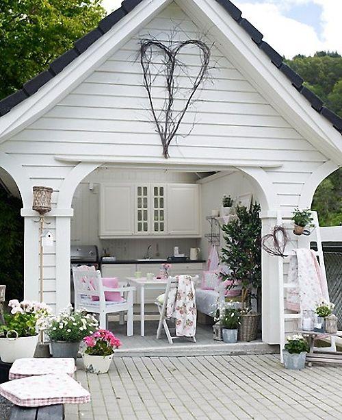 Letnia Biala Kuchnia W Letnim Ogrodzie Z Tarasem Lovingit Pl Outdoor Rooms Outdoor Kitchen Design Outdoor
