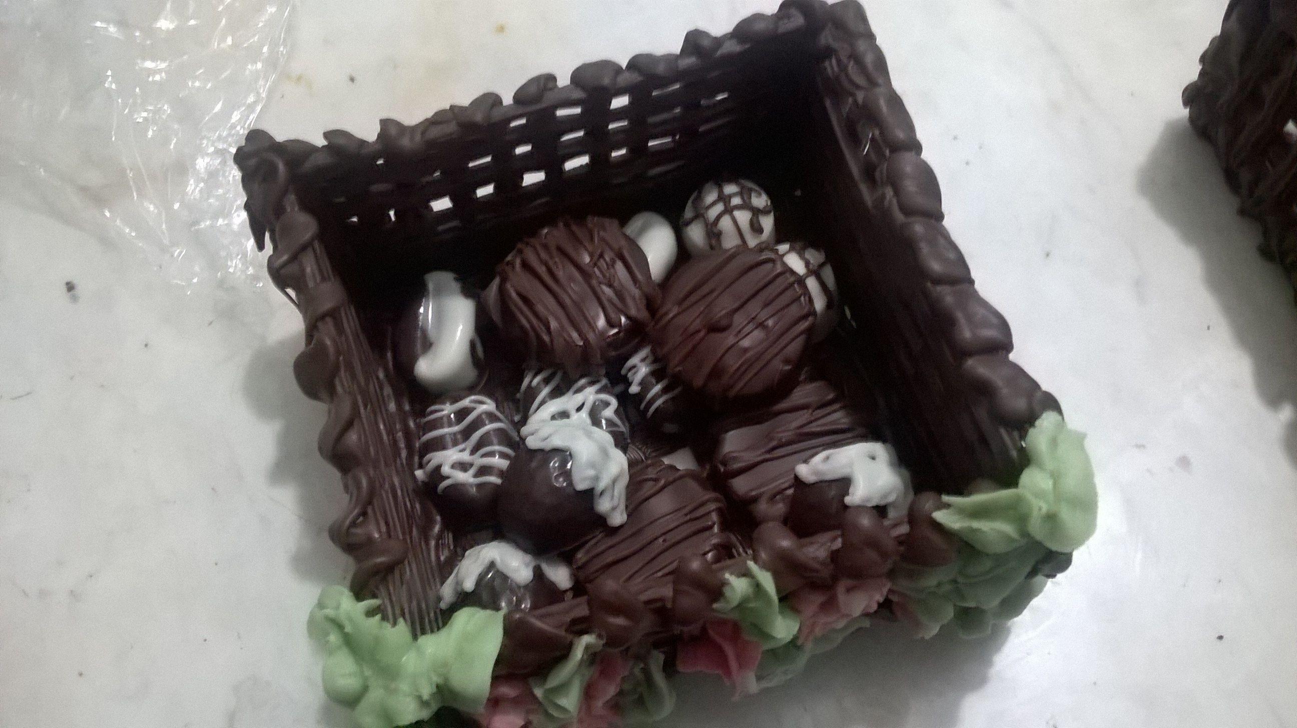 Canastas de chocolate con bombones rellenos