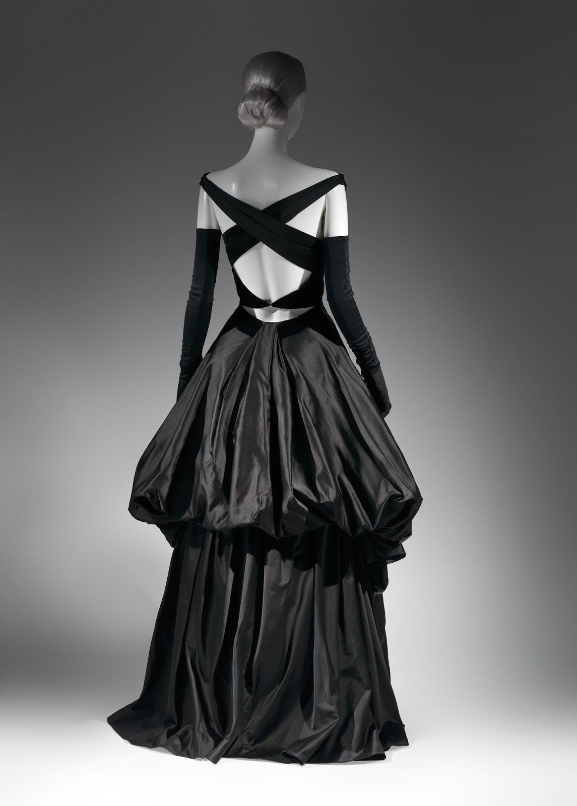 Charles James evening dress (1948)/Brooklyn Museum Costume Collection Gift of the Brooklyn Museum/Photo courtesy the MET