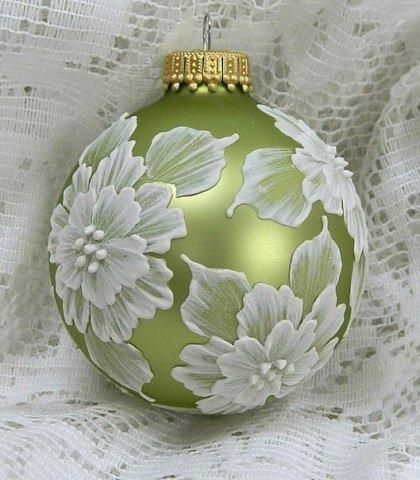 Идеи для росписи и декорирования новогодних шаров своими руками.