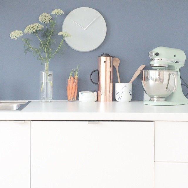 Når man bare har brug for fred og ro - har lige malet min køkkenvæg blå #køkken #nyfarve #indrero #flügger #farve53 #oregongrape #vilbarehafredogro