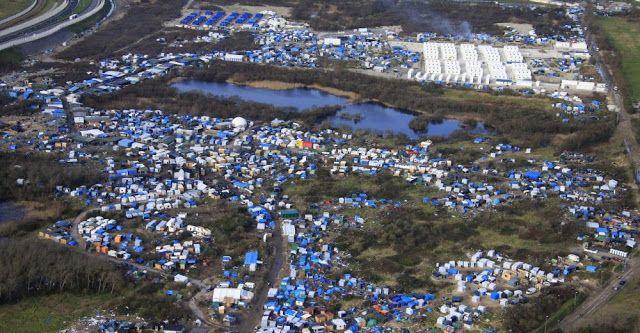 """Démentèlement de la """"jungle"""" de Calais   Comment va se dérouler l'évacuation de la """"jungle"""" de Calais  L'opération qui se veut """"résolument humanitaire"""" débutera lundi et va durer au moins une semaine. Dès le premier jour une noria de soixante bus acheminera une partie des 6486 migrants recensés dans la Lande vers 454 centres d'accueil disséminés à travers toute la France. Quelque 1250 policiers et gendarmes seront mobilisés.  Reuters  A la une Actualité Civili"""