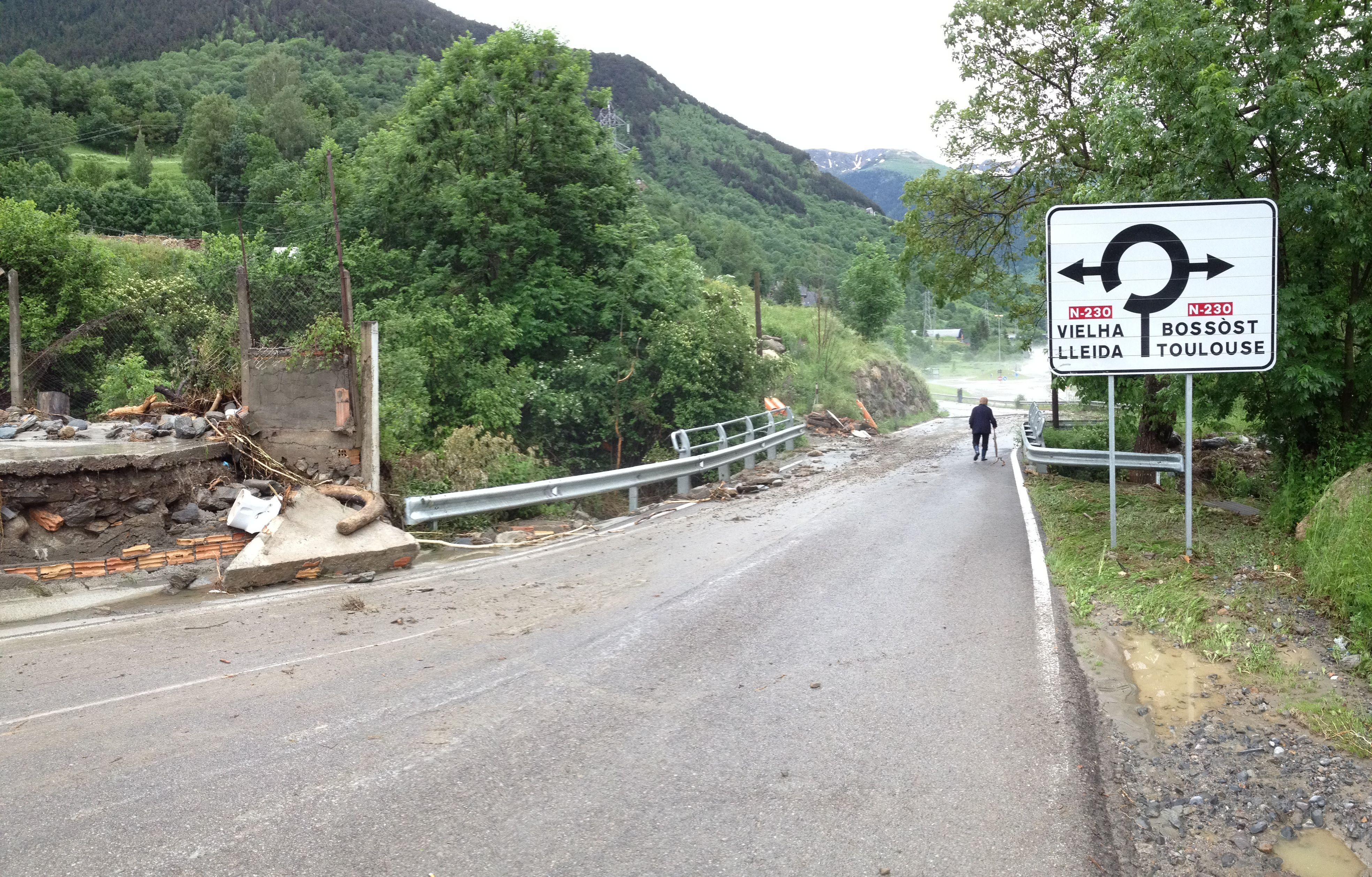 Cruce del puente de #Vilac #ValDAran - Desboramiento río #Garona en el #ValledeAran · 18 de Junio 2013