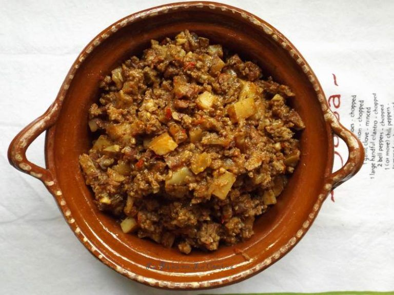 Mom S Picadillo Con Papa Ground Beef In Fresh Tomato Sauce With Potatoes La Pina En La Cocina Recipe Ground Beef And Potatoes Fresh Tomato Sauce Mexican Food Recipes Authentic