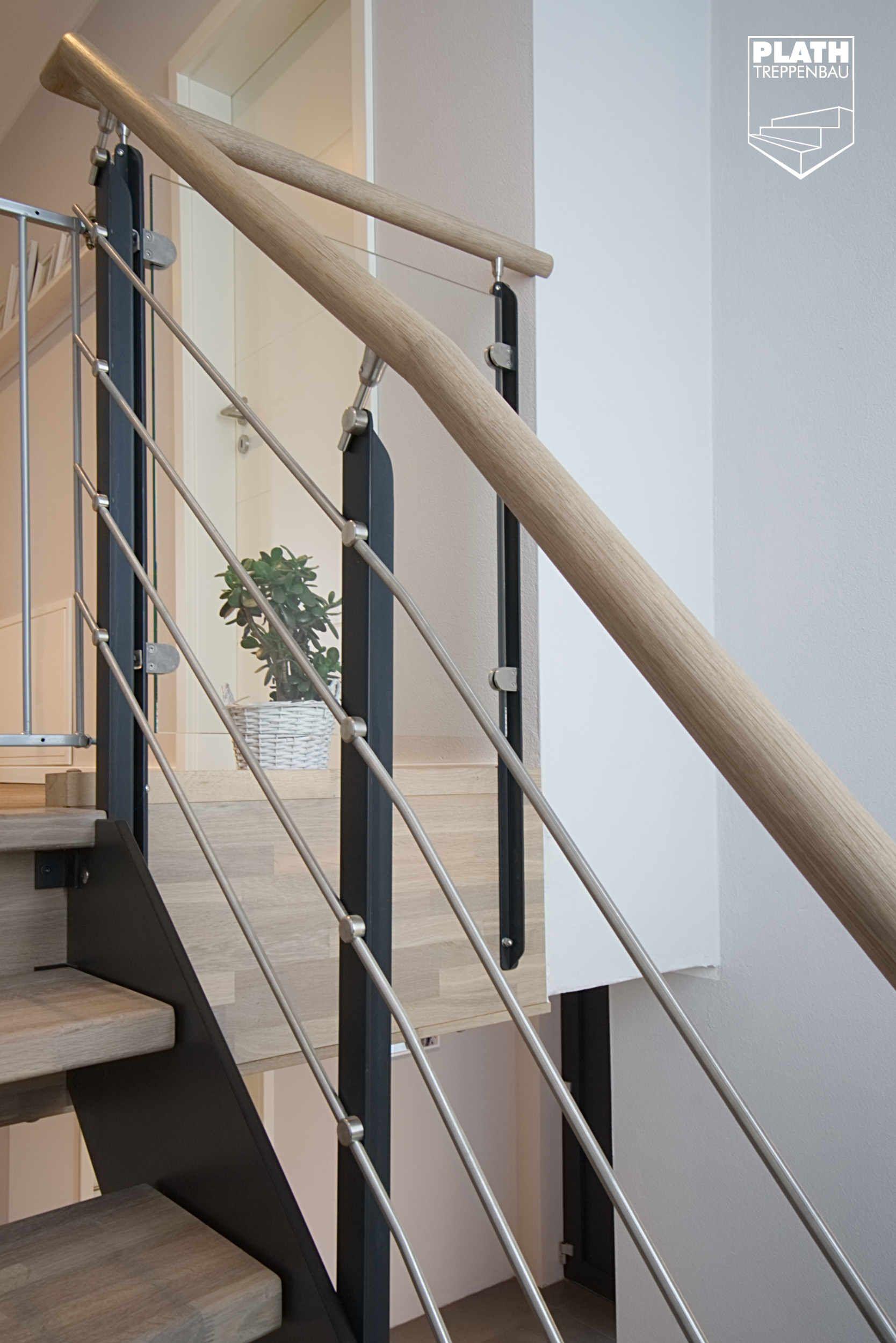 Flachstahlwangentreppe Als Podesttreppe Mit Stufen In Eiche
