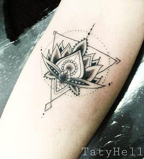 Lótus diferente com traços delicados. Te vejo em breve ;) Agende seu horário apenas pelo whats  992395868 ou ligue 33360448  #lotus #tatuagem #tatyhell #hellbodyarts #geometrictattoo #lotustattoo #tatuagemfeminina #ink #inkedgirls #bodyart #tattoo
