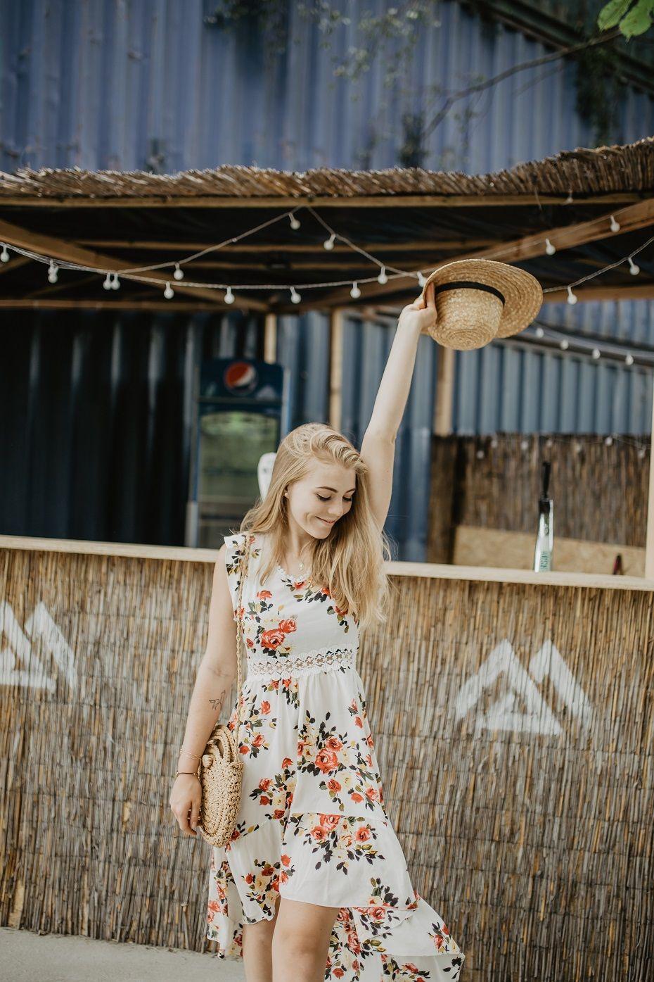 Sukienka W Kwiaty Stylizacja Na Letnie Dni Rozalia Boho Summer Outfits Boho Outfits Hippie Floral Dress Outfit Summer