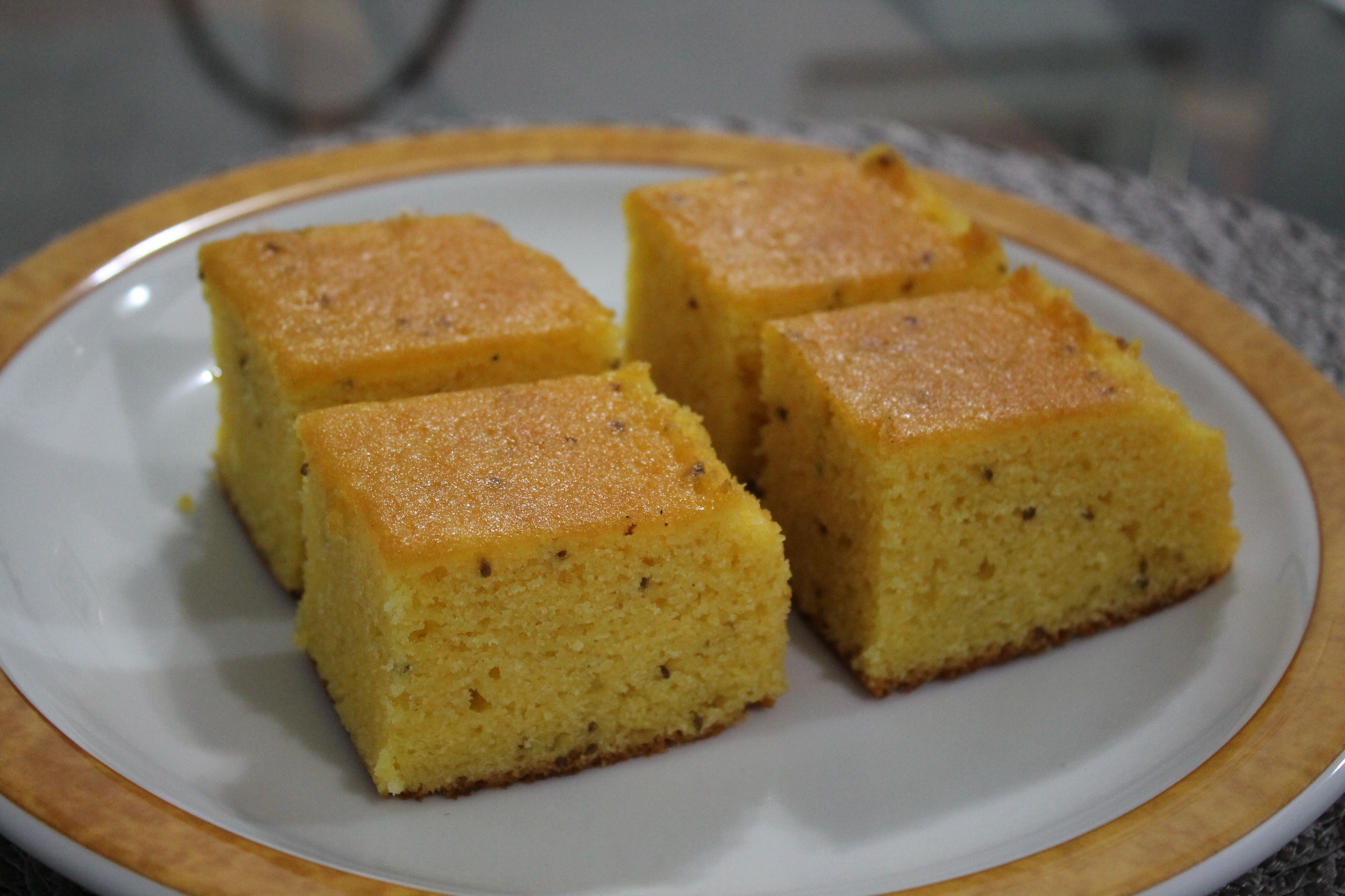 1 copo de fubá mimoso  - 1 copo de farinha de trigo  - 1 copo de leite  - 1 e 1/2 copos de açúcar  - 1 xícara de óleo  - 3 ovos  - 1 colher de fermento em pó  - Sementes de erva doce a gosto  -