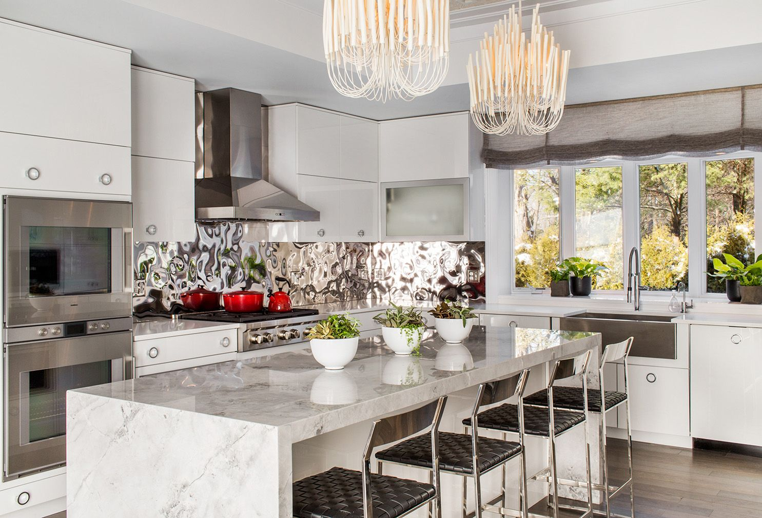 Custom kitchen with white lacquer cabinets, Porcelanosa ...