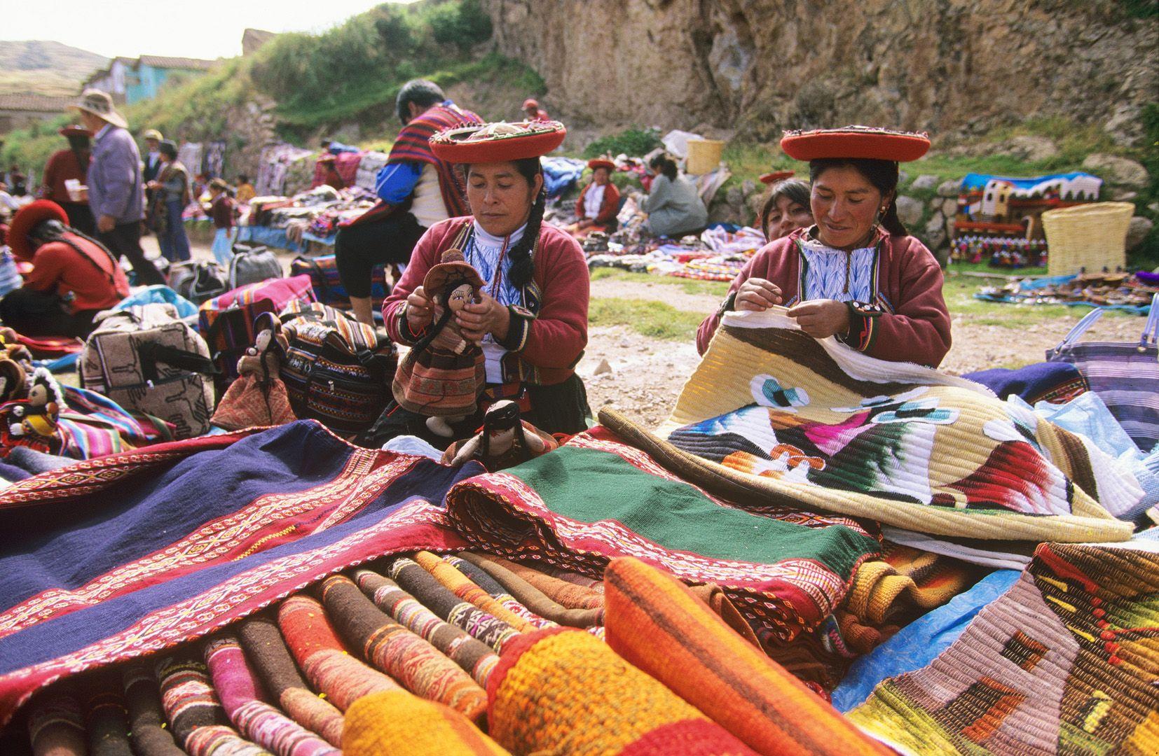 Traditionelle Handwerkerinnen in Peru. (Foto: Luis Gamero / PromPerú )