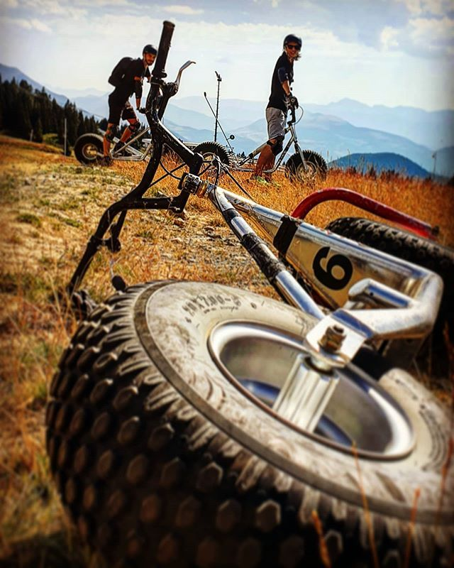 CHAMROUSSE - Trottinette tout terrain : @lexa7887axel #belleequipe #vacances #sportmontagne #ride #montainbike #chamrousse #montagneete #badass #instamoment #photography