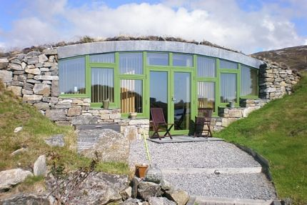 Hebridean Earth House - leads to website with many earth houses.