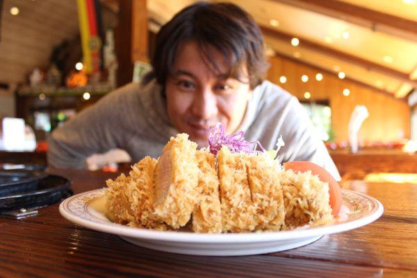 埼玉県日高市にある豚のテーマパーク「サイボクハム」を御存知ですか? 養豚業界の父とも言われる笹崎龍雄氏が1946年に創業したお肉の専門店が、今では豚肉を思いっきり堪能できるレストランはもちろん、温泉・陶芸教室・パークゴルフなどのある一大テーマパークになっています。今回はそちらにヨッピーさんが訪問。この施設の魅力をあますところなくお伝えします。(飯能・日高のグルメ・焼肉)