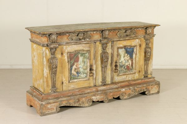Credenza Con Alzatina : Elegante credenza assemblata con materiale antico retta da