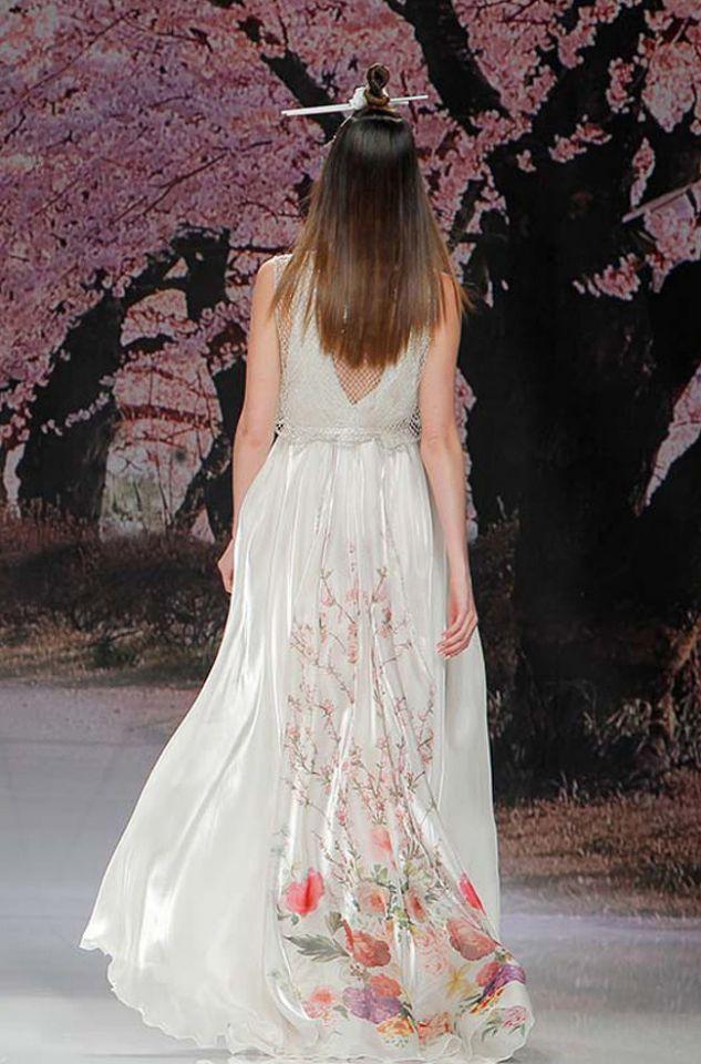 34a3d99f3c Vestidos de novia con un toque de color  ¡lo más original para tu boda!