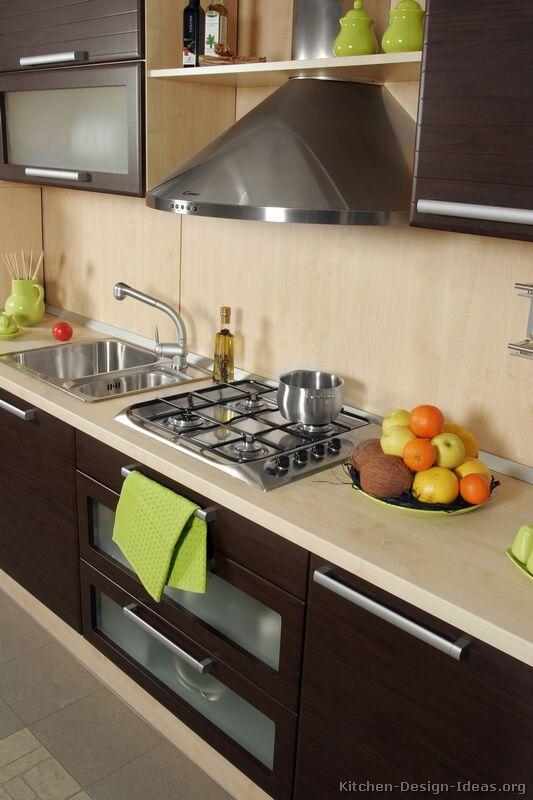 Cocina con gabinetes oscuros y tope en tono claro | Ideas que ...