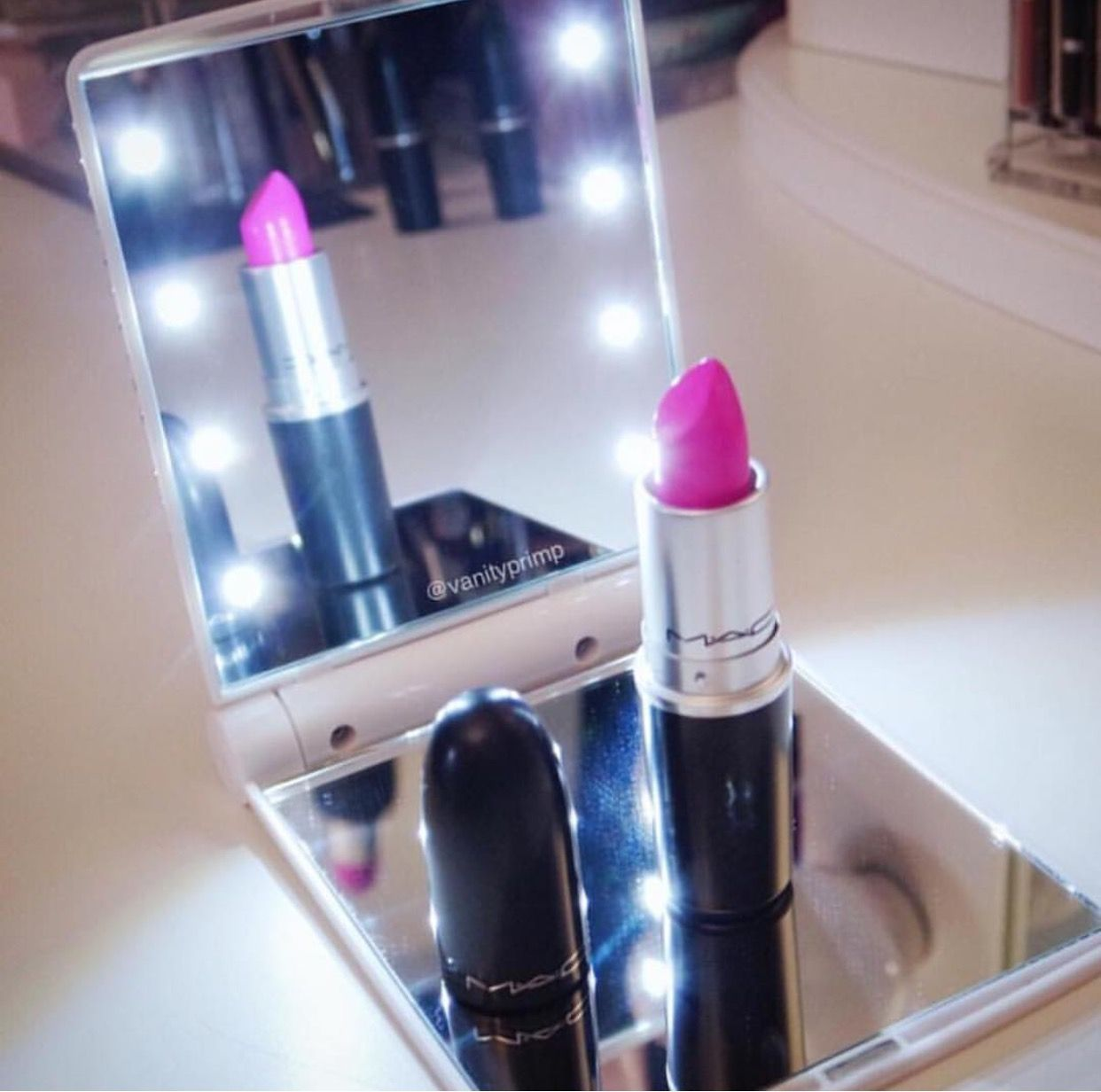 PLAIN Lighted VanityPrimp Compact Vanity (WHITE) Vanity