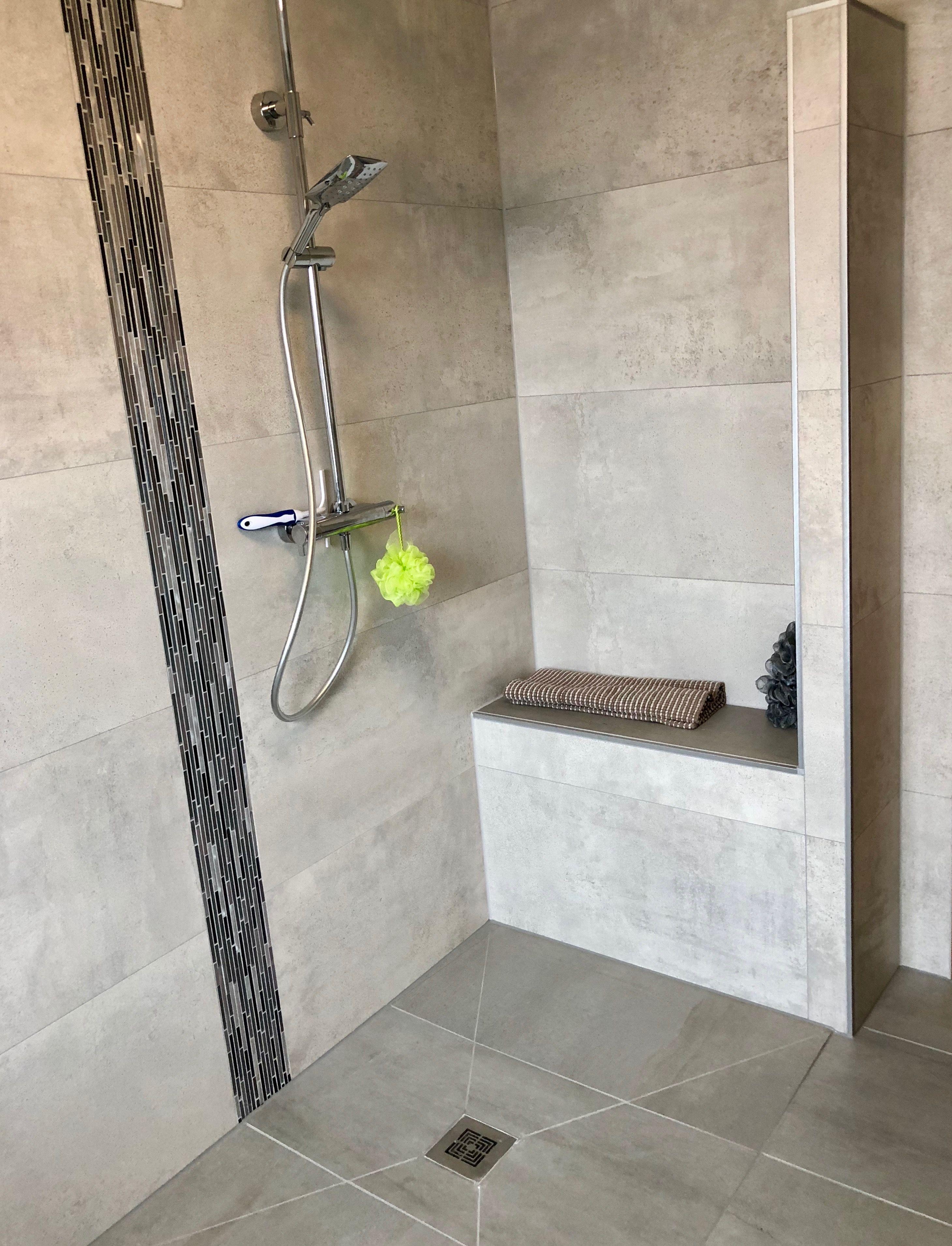 Sitzfläche in Verbindung mit einer bodengleichen Dusche