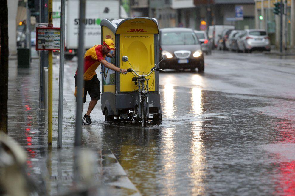 Maltempo, la pioggia flagella Milano: strade allagate, esonda il Seveso