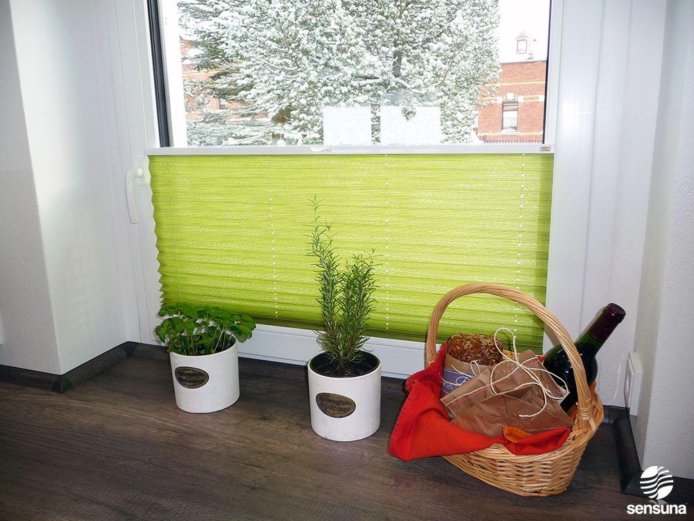 gr ner sichtschutz bringt farbe in die k che mit einem plissee von sensuna k che pinterest. Black Bedroom Furniture Sets. Home Design Ideas